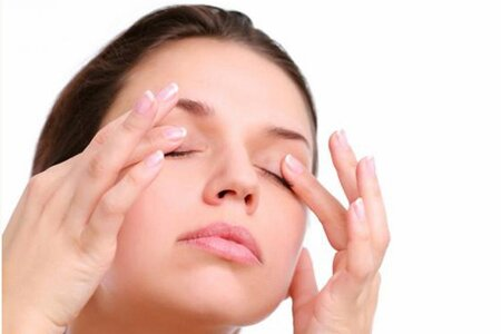 Как делать массаж вокруг глаз?