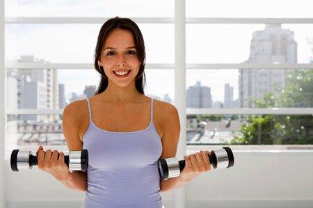 Простые упражнения для груди с гантелями