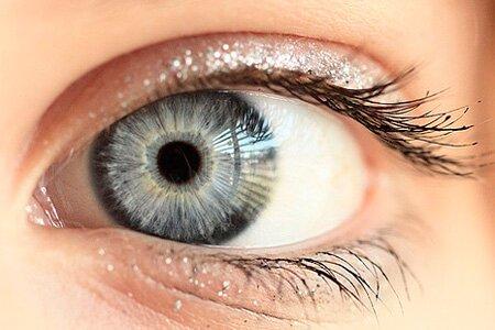 Как с помощью макияжа изменить оттенок серых глаз