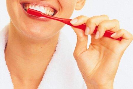 Очищаем зубы от налета полностью: зубная щетка, нить, ирригатор