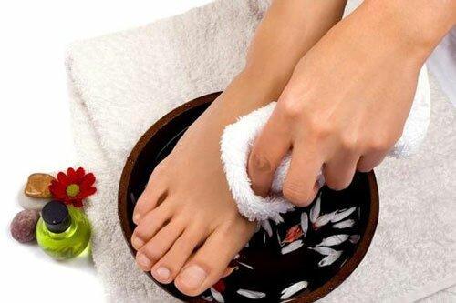Домашние процедуры для лечения трещин на пятках и устранения огрубелостей кожи стоп