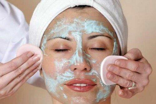 Косметический пилинг лица – необходимый этап омолаживающих кожу процедур